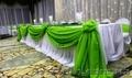 драпировка свадебного зала тканью,  цветы из воздушных шаров